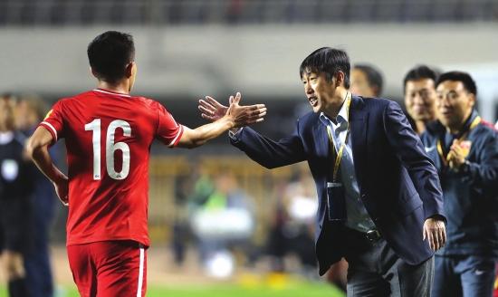 黄博文与高洪波(右)庆祝进球