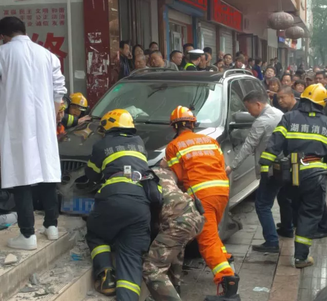 株洲宝马越野冲撞导致4人受伤,罪魁祸首是它